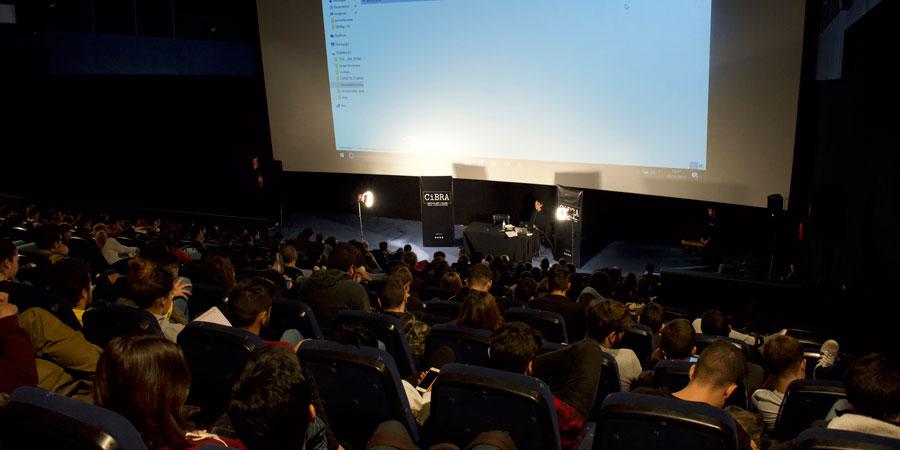 Más de 230 alumnos se congregan para conocer los entresijos de un guión cinematográfico. Una masterclass impartida por Rafael Cobos, ganador de dos premios Goya