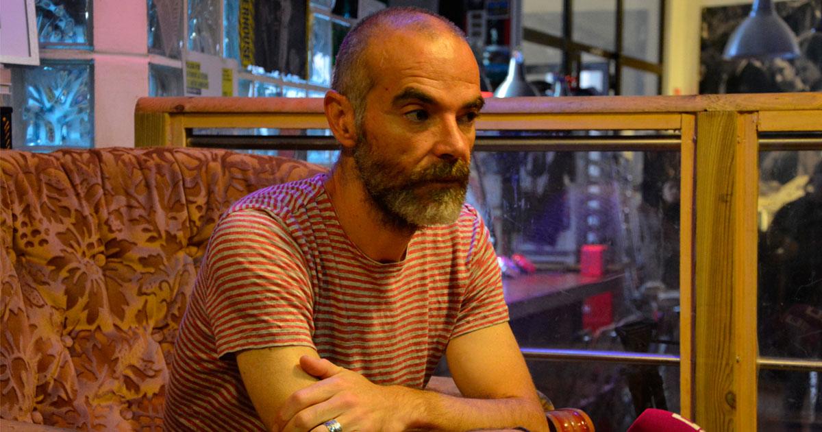 Juan Díaz, uno de los socios cooperativos de la Libro Taberna El Internacional atiende a los medios y da más detalles sobre la realización del corto El Tajo se ahoga. Una iniciativa apoyada por el Festival del Cine y la Palabra