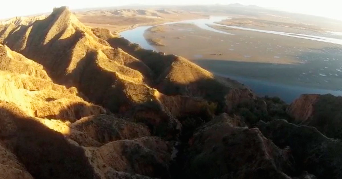 Fotograma del material grabado este domingo, a vista de dron, del embalse de Castrejón en la provincia de Toledo. Un material que será incluido en el corto El Tajo se ahoga