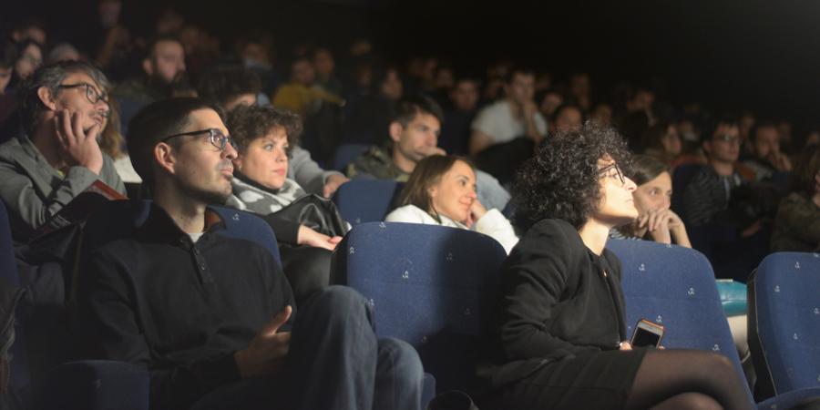 Cerca de 260 alumnos del IES Alfonso X El Sabio, IES Princesa Galiana y el IES Sefarad han compartido dos horas de charla sobre el séptimo arte con Agustín Díaz Yanes