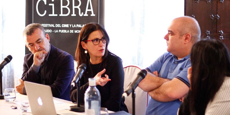 De izquierda a derecha: Lorenzo Silva, Premio Planeta 2012; Sonia Asensio, una de las organizadoras de la sección literaria de CiBRA; Alberto Grondona, uno de los guionistas de El Tiempo entre costuras y Beatriz Gómez, escritora